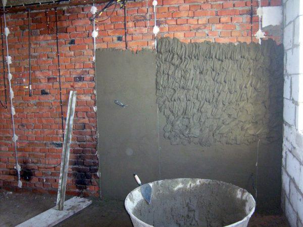 Нанесение штукатурного раствора по маякам позволяет сформировать идеально ровную поверхность