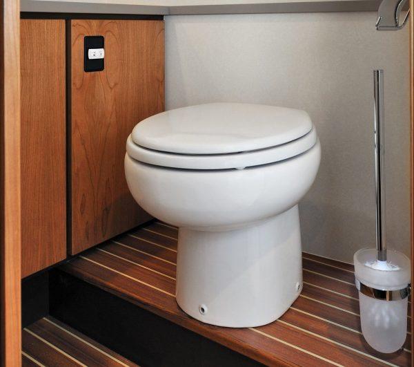 Небольшой унитаз для маленького туалета