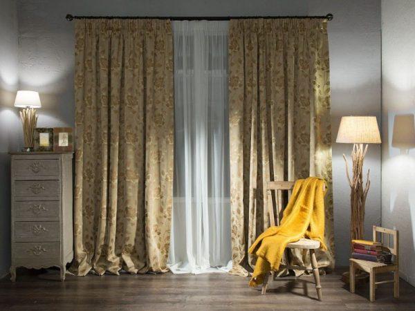 Длинные шторы в интерьере гостиной