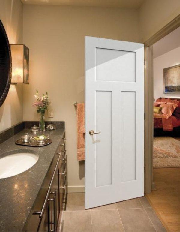 Дверь в санузел из гостиной