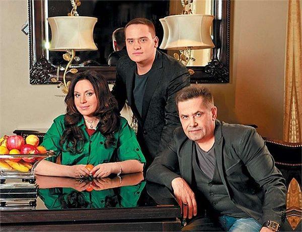Николай Расторгуев в своем доме с семьей