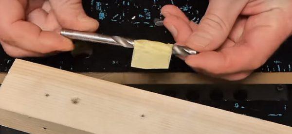 Отметка ограничитель на сверло из малярного скотча