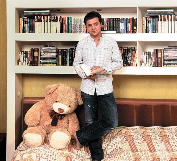 Полка для книг в спальной комнате