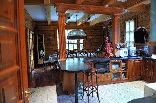 Интерьер кухни в доме Никиты Михалкова