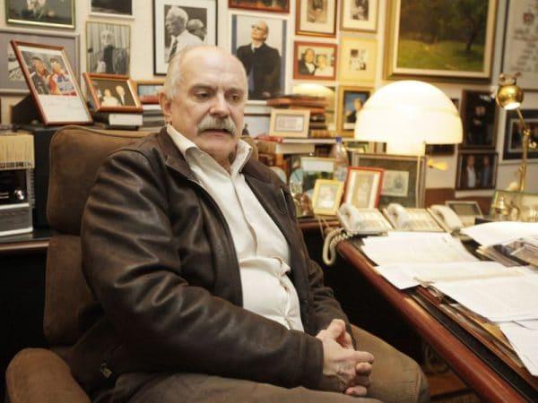 Никита Михалков в своем кабинете