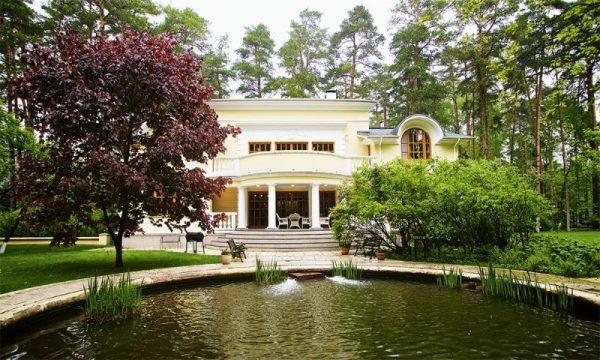 Большой загородный дом Михалкова в поселке Николина Гора