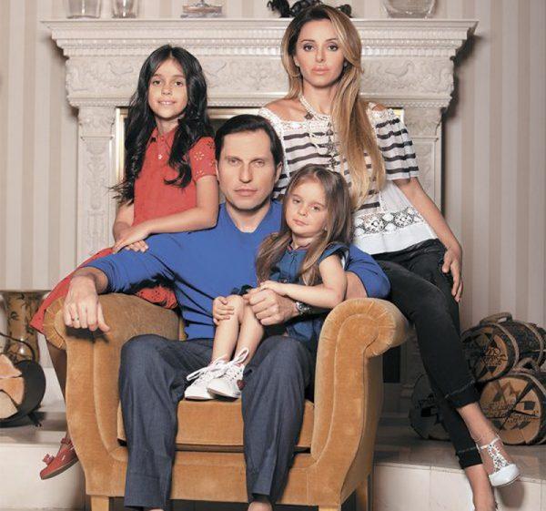 С женой и детьми у камина