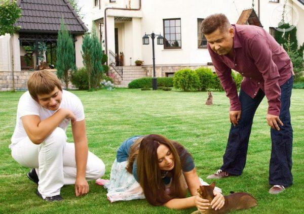 С женой и сыном на лужайке перед домом