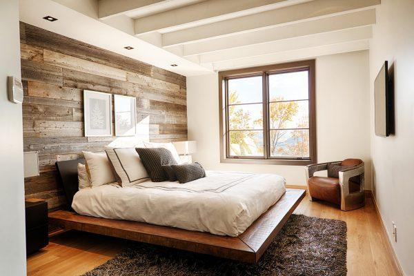 Стена из натурального дерева в спальной комнате