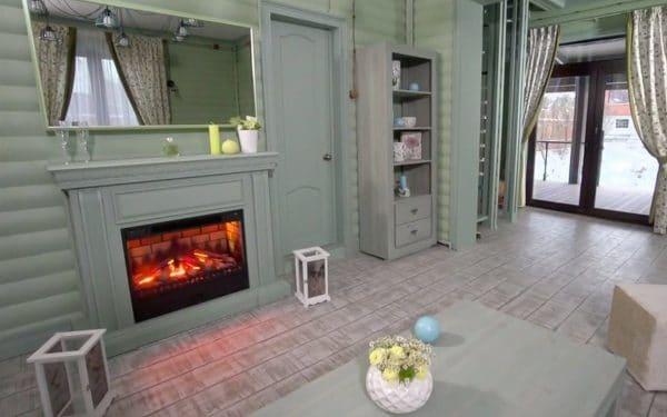 Стены и камин на кухне покрашены в фисташковый цвет