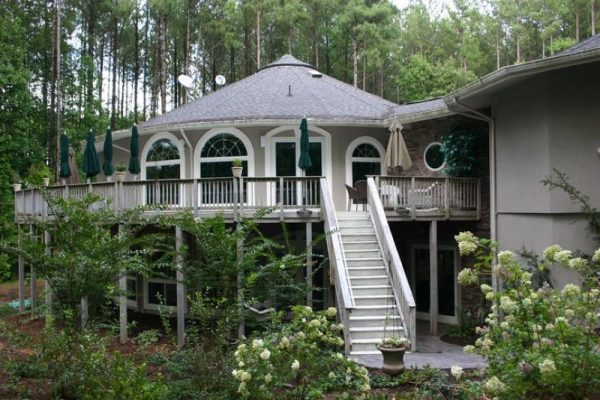 Круглый дом на сваях
