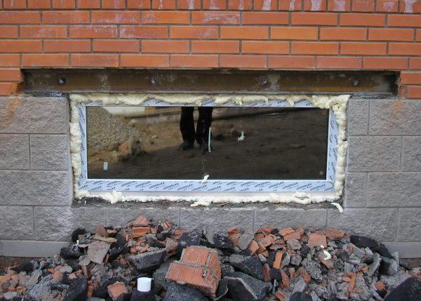 Установка окна в цокольном этаже