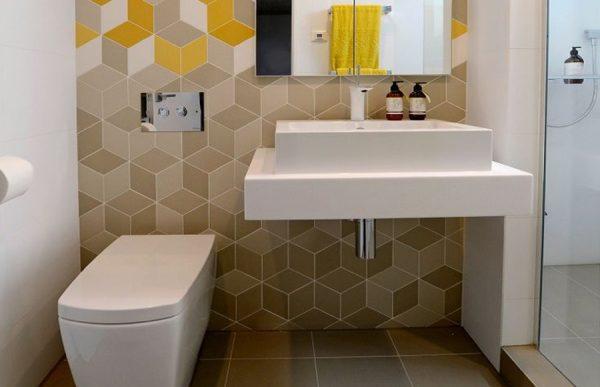 Увеличивающая пространство плитка в туалете