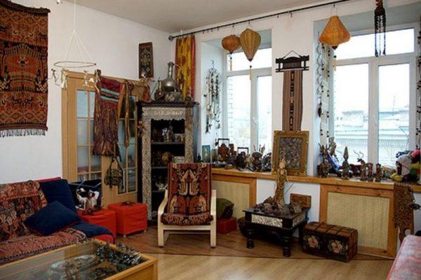 В квартире множество различных сувениров и аксессуаров