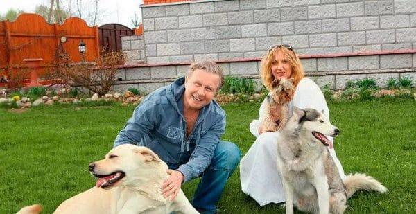 В саду с мужем и собаками
