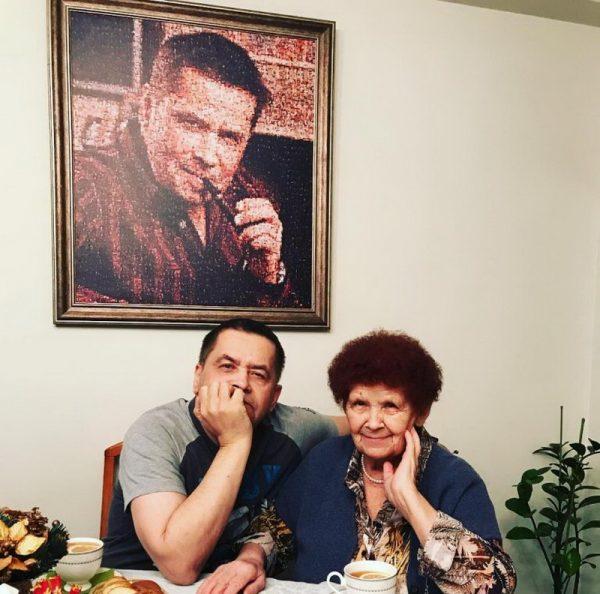 В столовой на фоне своего портрета
