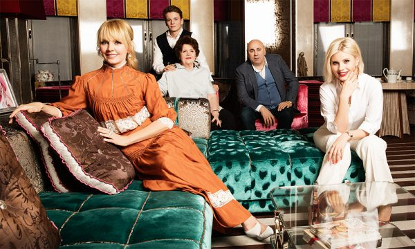 Валерия с мужем, детьми и мамой в своей квартире