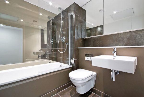 Ванная комната с зеркалом во всю стену
