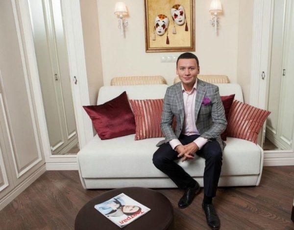 Заслуженный артист России Александр Олешко в своей квартире