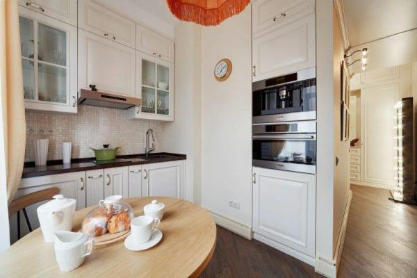 Классический интерьер кухни в московской квартире телеведущего