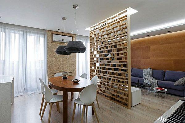 Зонирование помещения с помощью деревянной перегородки