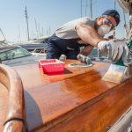 Нанесение яхтного лака