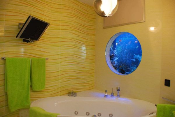 Аквариум в стене в ванной