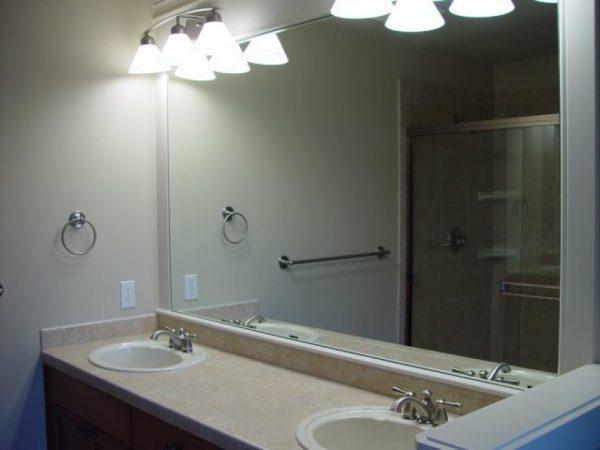 Большие зеркальные поверхности в ванной комнате нуждаются в регулярной уборке