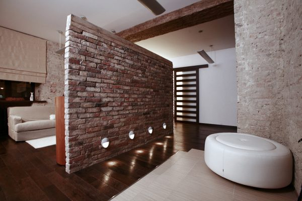 Декоративная перегородка из кирпича для зонирования помещения