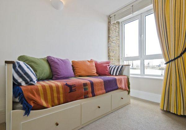 Диван-кровать в маленькой комнате