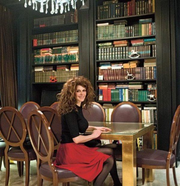 Регина Мянник в своей библиотеке
