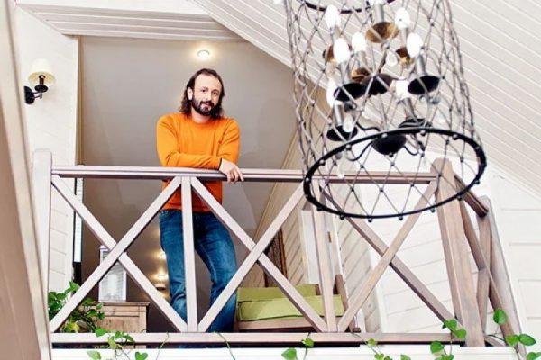 Илья Авербух на балконе гостевого домика