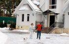 Лев Лещенко с женой Ириной во дворе своего загородного дома