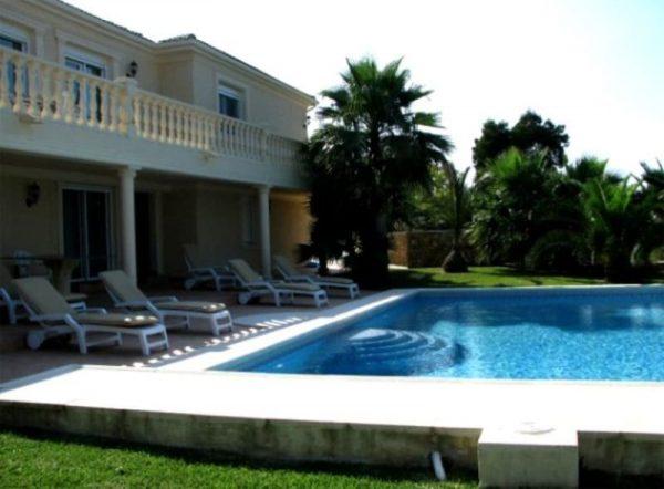 Бассейн в дворе особняка Ветлицкой в Испании