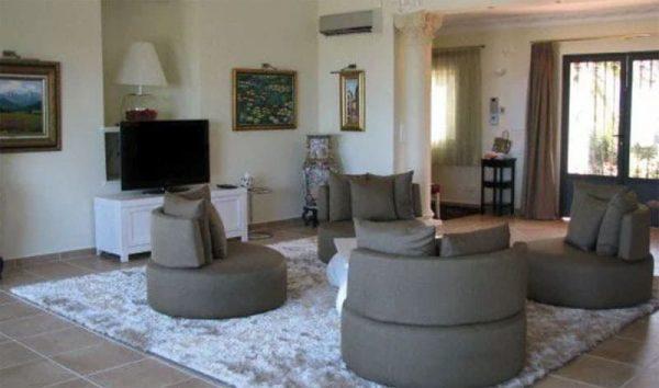 Интерьер гостиной Натальи Ветлицкой в Испании