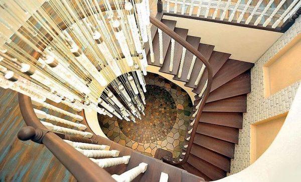 Прихожая с лестницей и люстрой