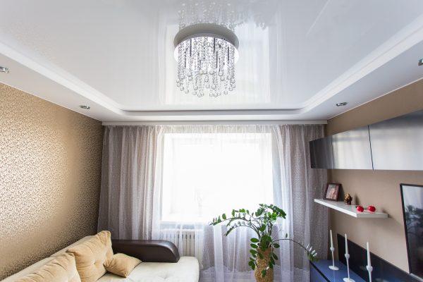 Двухярусный потолок снижает высоту стен