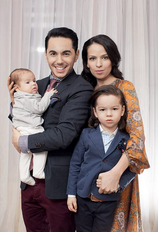 Тимур Родригез с женой и детьми