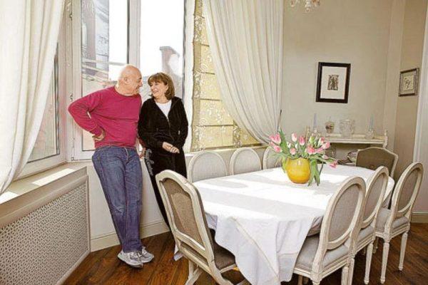Познер со своей женой в столовой