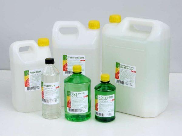 Уайт-спирит и ацетон в пластиковых упаковках