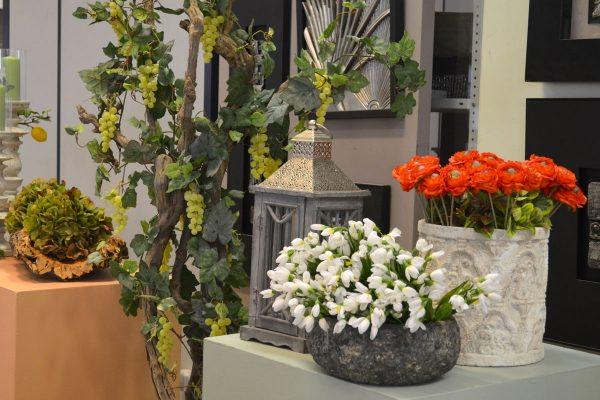 Искусственные цветы в кашпо