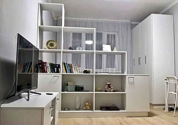 Использование открытых стеллажей в сочетании с обычными шкафами