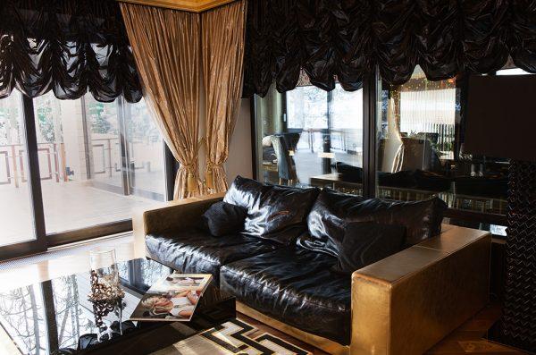 Кожаный диван в кабинете Стаса Михайлова