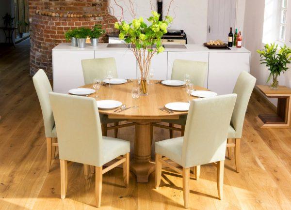 Круглый обеденный стол на кухне