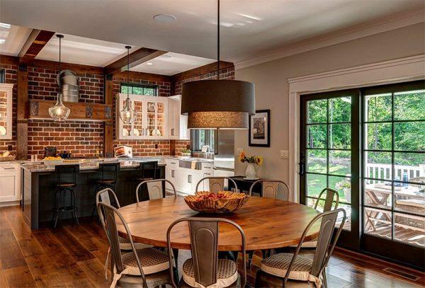 Кухня столовая с кирпичной стеной