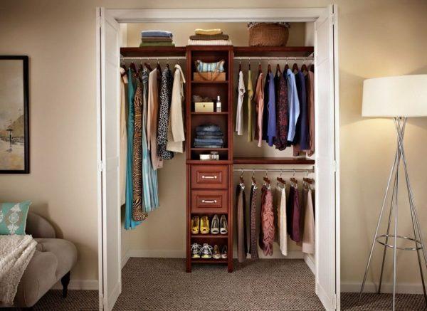 Маленькая гардеробная в кладовке