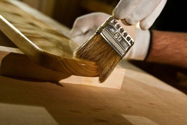 Нанесение лака на деревянные изделия