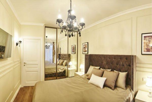 Большая кровать в спальне Якубовича