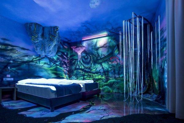 Флуоресцентные 3D-обои в интерьере спальни