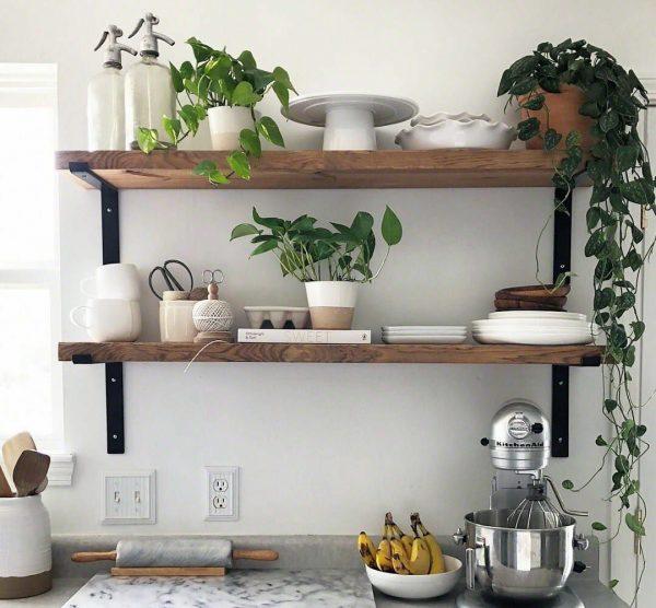 Открытые навесные полки на кухне